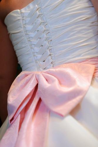 Бант из атласной ленты на свадебное платье