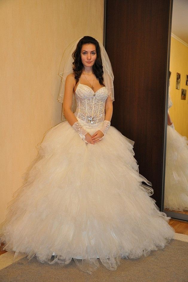 Новое свадебное платье, цвет айвори, размер 42-46. Платье цельное, очень пышное и лёгкое. Корсет усыпан стразами и выгодно поддерживает грудь