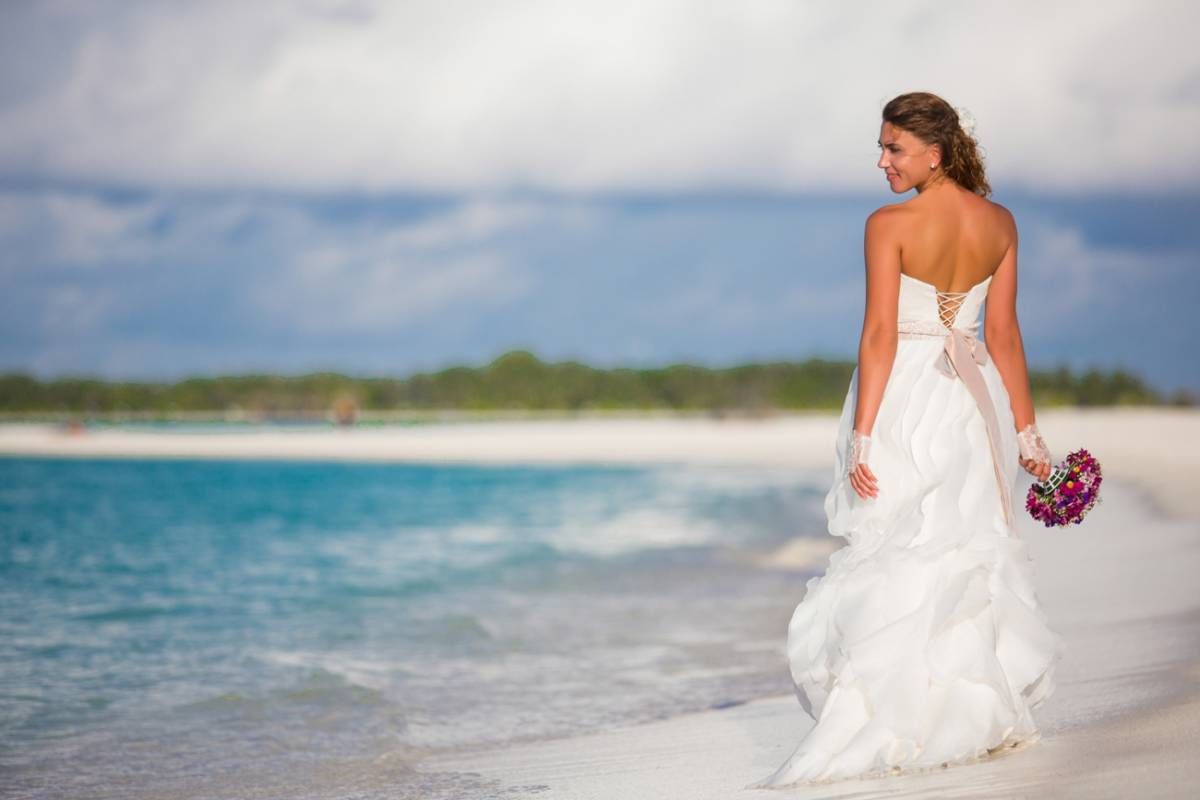 Платье в отличном состоянии, очень подходит для торжества в жарких странах. Ткань очень дорогая, платье смотрится потрясающе! Обращайтесь, торг уместен