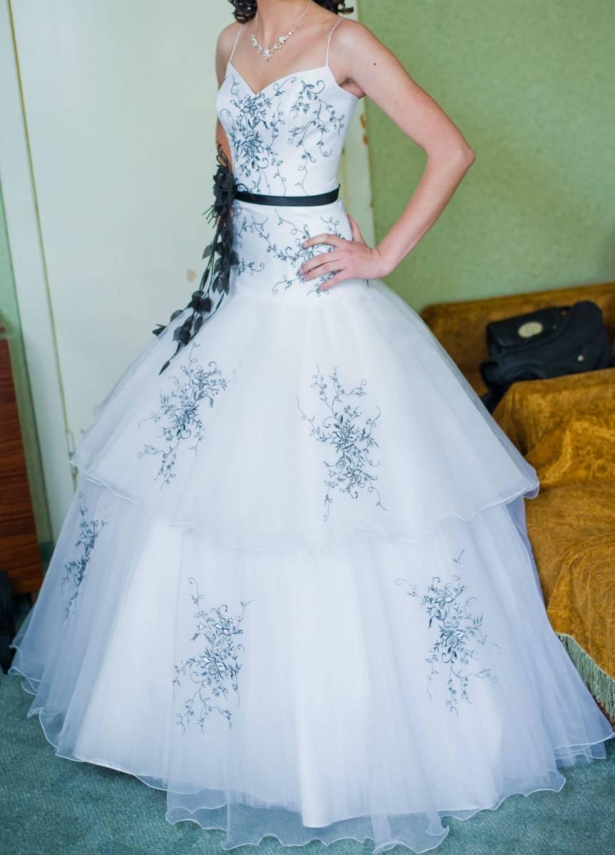 Белое свадебное платье с черной вышивкой 47