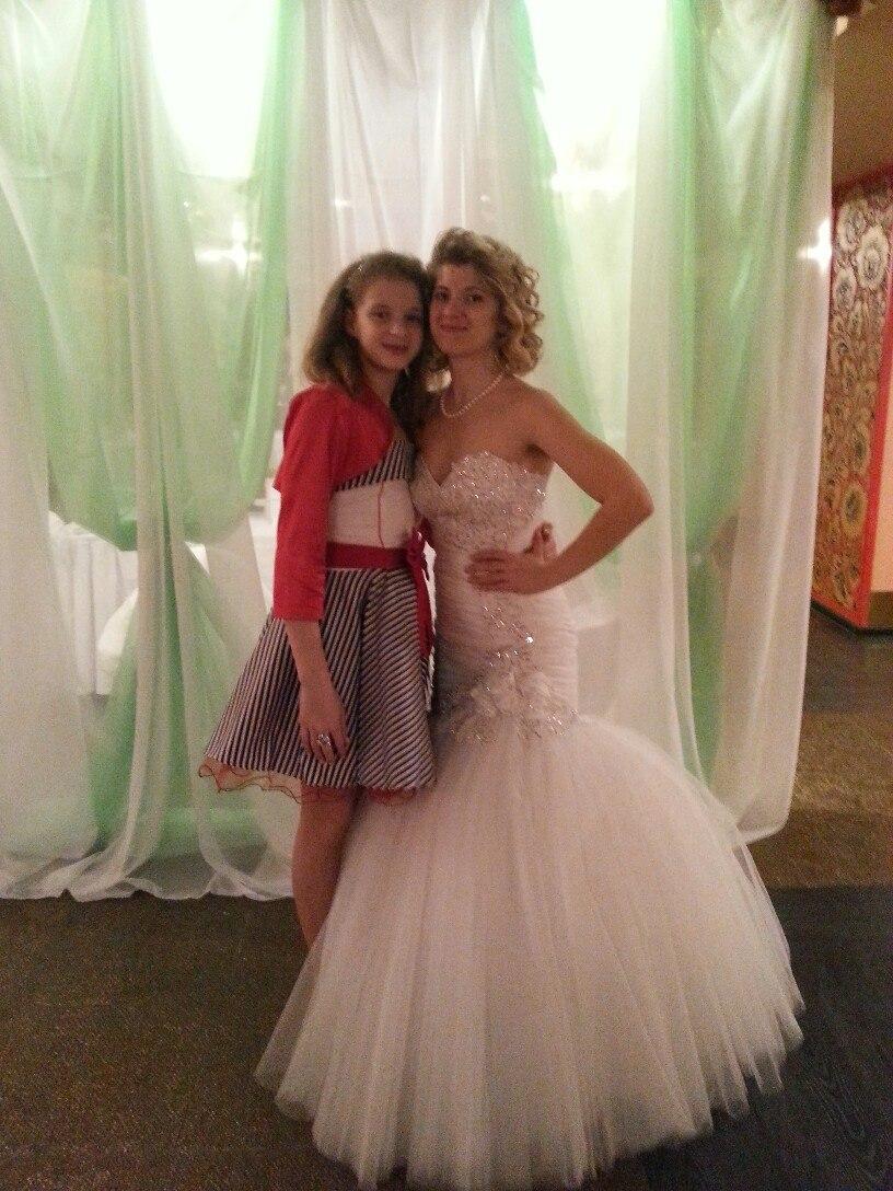 18eea2b3c099d2c Свадебное белое платье силуэта Рыбка с меховой накидкой и фатой ...