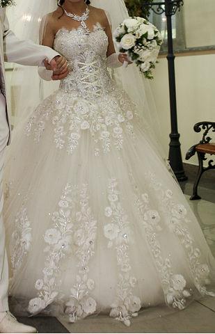 Продаю шикарное свадебное платье .  Пять подъюбников,вышито наполовину в...