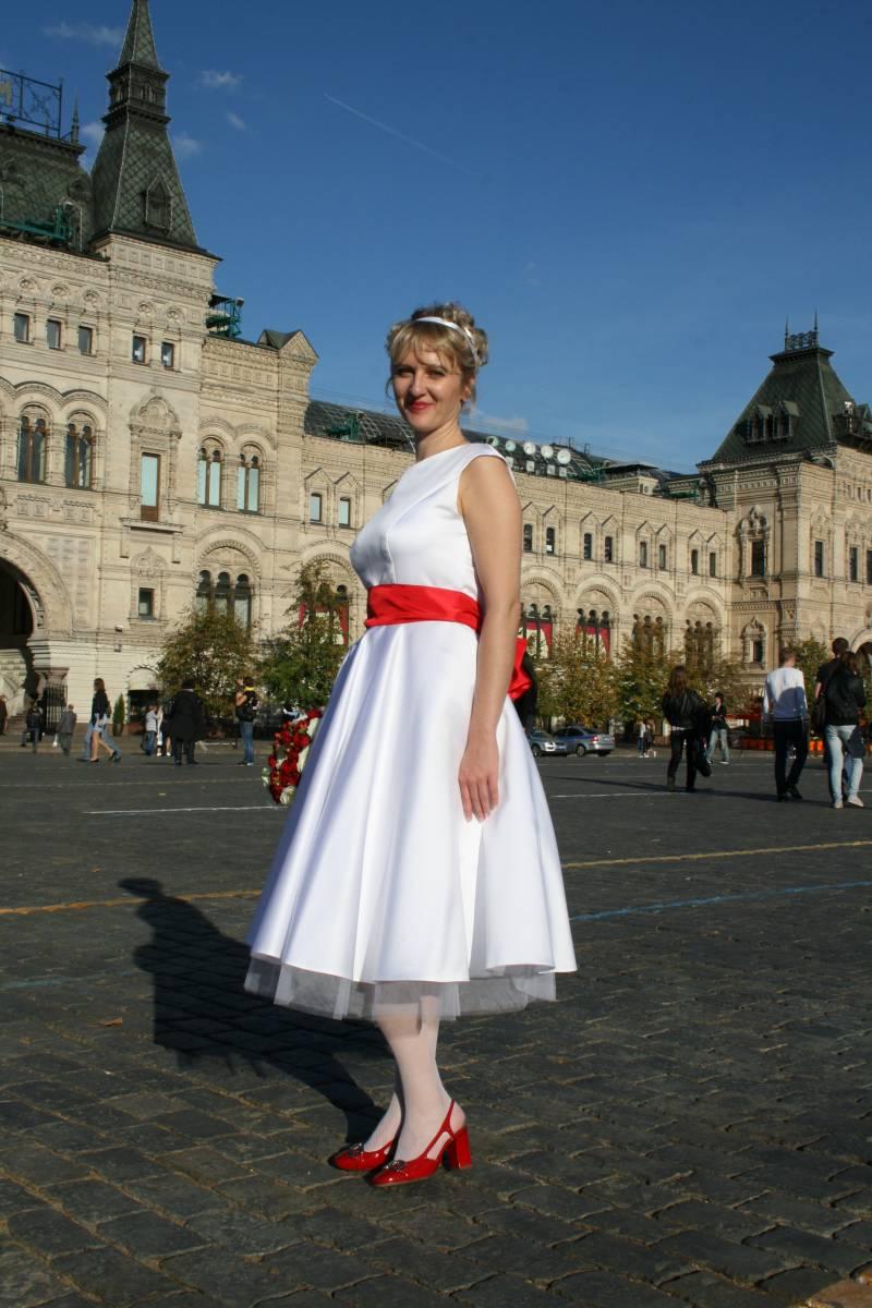 Модное сочетание черного платья с красными туфлями
