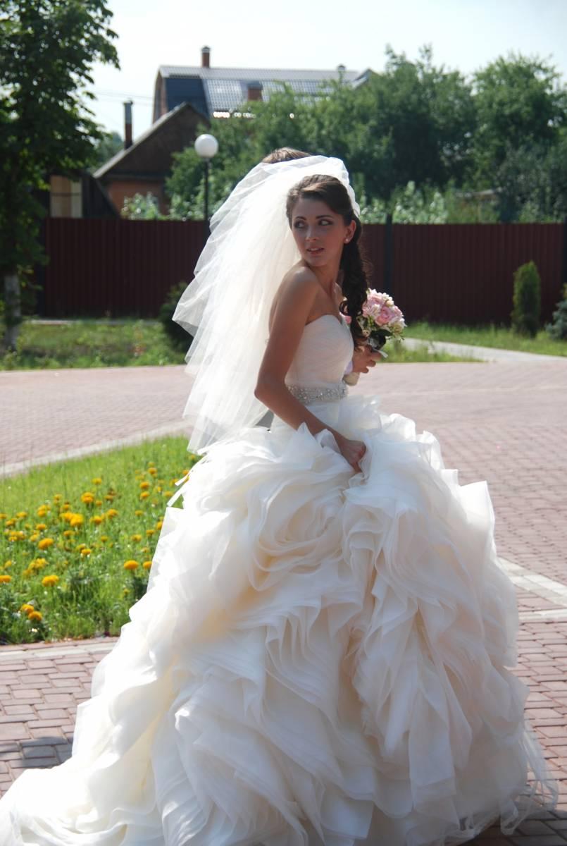 Ткань, отделка: органза, пояс вышивка камнями SW, имеется шлейф. В комплект входит: свадебное платье, сумочка, перчатки, подушечка для колец, подъюбник